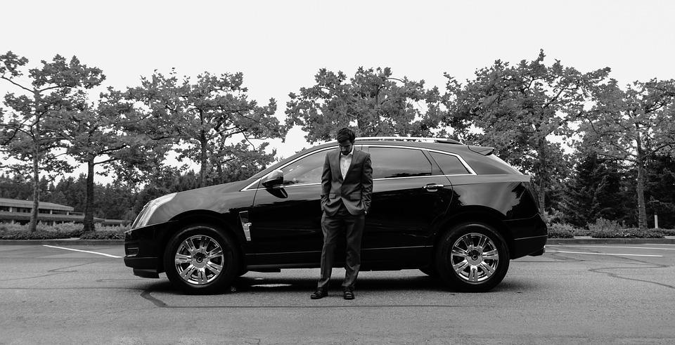 https://pixabay.com/ja/男-スーツ-男性-ビジネス-スーツの男-車-キャデラック-916494/