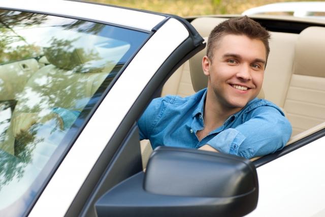 外国人が車を持つイメージ